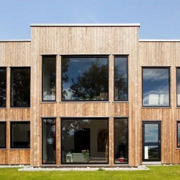 Funktionalistiskt inspirerade hus med hållbar beklädnad