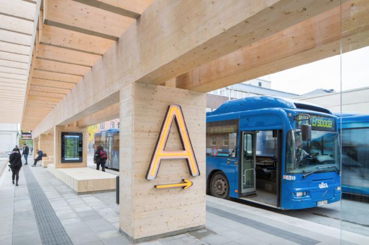 Busstation i trä