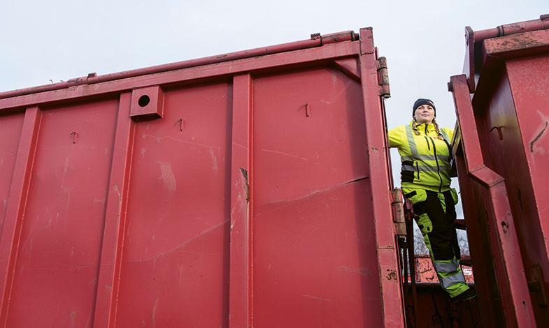 Att klättra och undersöka vad som finns i containrar är en del av vardagen för Amanda.