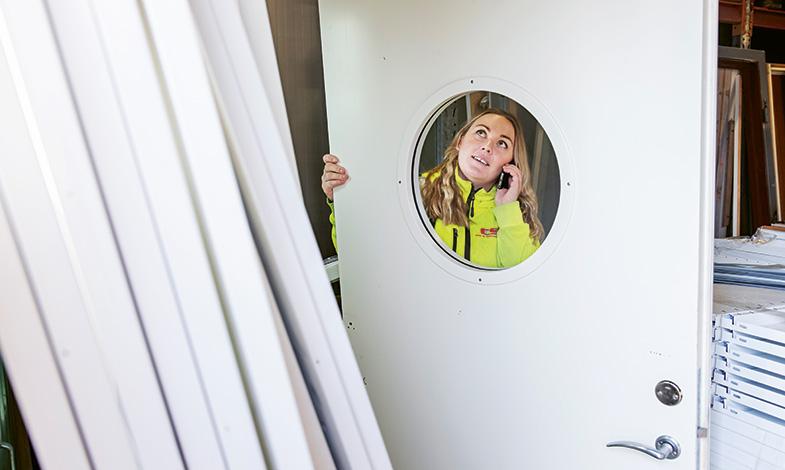 """""""Det som kommer in till Brattöns återbruk är i bra skick, som den här dörren,"""" säger Amanda."""